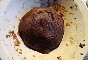 Je forme une boule avec la pâte